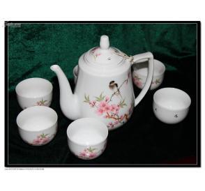 七十年代景德镇出品高档细瓷茶壶一把茶杯6只,白瓷粉桃花图案,
