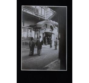 民国时期日本街道上前去温泉店泡温泉的人们原