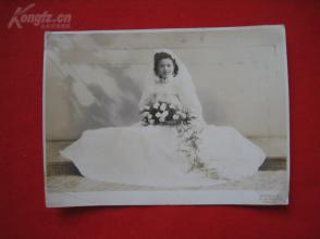 民國結婚老照片:戴頭紗的新娘手捧鮮花微微一笑如此動人美麗(上海王開照相) 約11x14.9厘米