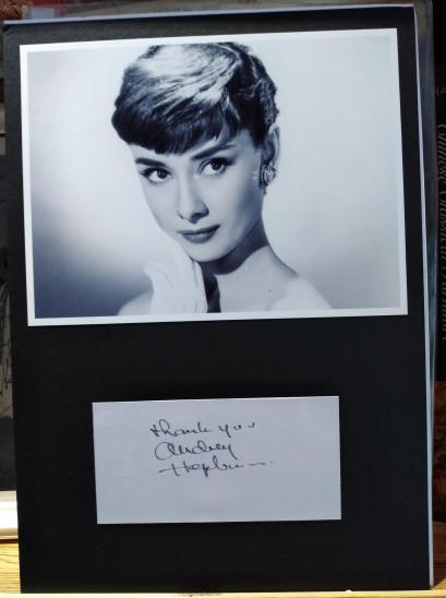 """女神节专场:第26届奥斯卡最佳女主角  奥黛丽·赫本(Audrey Hepburn,1929年—1993)亲笔 签名题词(Thank you""""谢谢你?#20445;?#21345;片一张 配电影《蒂芙尼的早餐》黑白剧照一张,造型极美 (带证明信,2009年3月购于Autograph Collectibles公司)"""