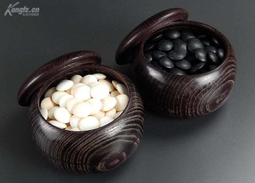 早期《日本  天然围棋子》,两木盒,一木箱。白子为天然老车磲(一种贝壳) 黑子为 那智黑天然石  。【大号棋子:0.9㎝】
