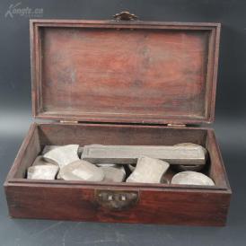老土豪家的藏品,鬼脸花梨木箱银元宝一箱,计16锭,有银饼、银条、银克子等,包浆各有不同,因地区和含银量不同,氧化大不相同,连箱重1035斤