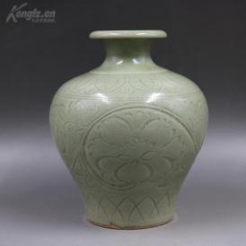 清代窑刻缠枝花纹青瓷罐一个,高约19cm