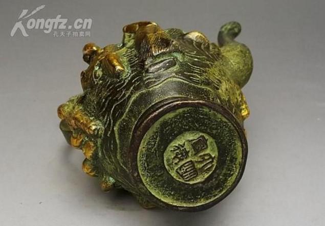 明代宣德年款純銅酒壺,上面手工精雕八仙圖案栩栩如生。老銅件收藏可分為:純銅鎮尺、銅鏡、銅佛像、銅觀音、純銅香爐、銅  墨盒、大銅章、銅紀念章、銅盤擺件、銅擺件