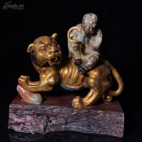 老壽山石描金雕刻伏虎羅漢寬23.5厘米,高24厘米,重3.04公斤
