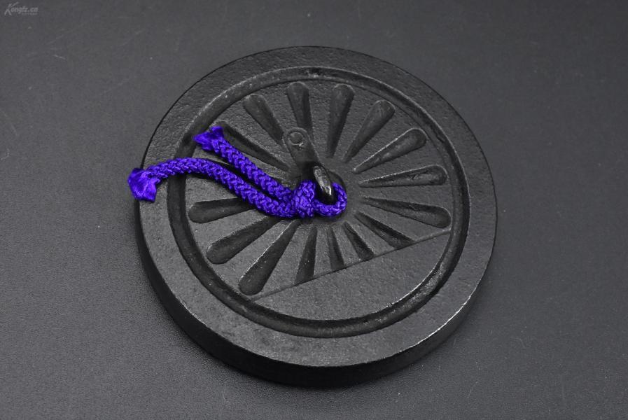 (乙3029)日本购回《文镇》一件  圆形 日本国有铁道图案 带提绳  ?#26412;?#23610;寸:7.6cm*7.6cm*1.6cm 重量:314.34克 书镇 镇尺也叫镇纸,即指写字作画时用以压纸的东西 镇纸的起源是由于古代文人时常会把小型的青铜器、玉器放在案头上把玩欣赏,要求都有一定的分量。
