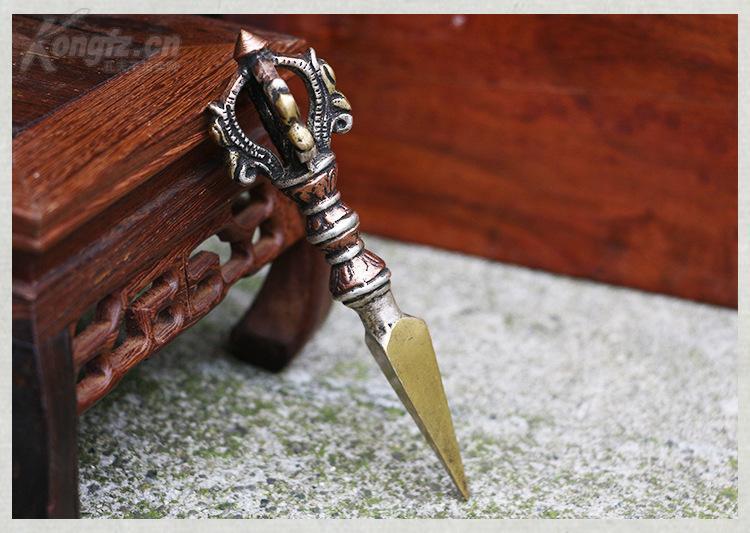 尼泊爾手工三色純銅五股金剛橛。尺寸12x3.5cm。重58g。 ???????金剛橛原是兵器,后來被藏傳佛教吸收為法器,金剛橛能去除一切障難。
