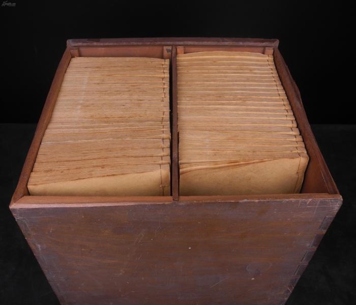 清代珍寶級文集*《牧齋全集》一百十卷原裝四十冊一箱,內收《初學集》一百一十卷、《有學集》五十卷、《補遺》二卷,《投筆集》一卷。附原箱。作者錢謙益為清代詩壇盟主,此書是他傾心巨著,全部為原裝沒有配本,完整無缺,一只一百多年前的原裝老木柜子也是珍貴的文物,特別適合珍藏!
