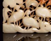 和田玉六鹤同春牌规格:13.6×8.0×0.9厘米   重 165克。 玉质细腻温润,造型精致大方,雕工精湛,包浆古朴自然,有着重要的历史文化内涵,极具收藏。